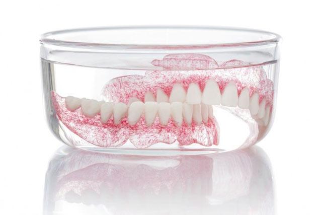 خارج کردن پروتز دندان پیش از خواب