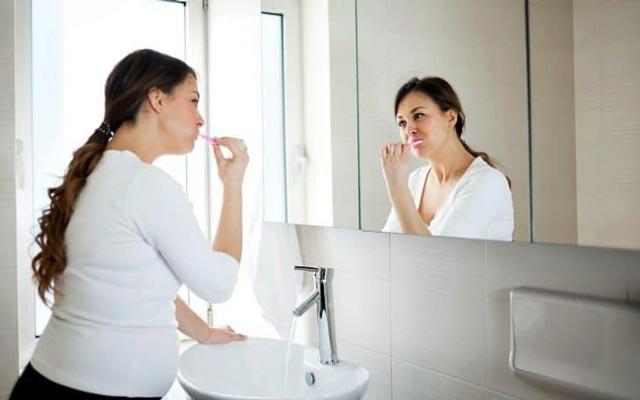 بوی بد دهان در بارداری: نشانه ها و بهترین روش های کنترل