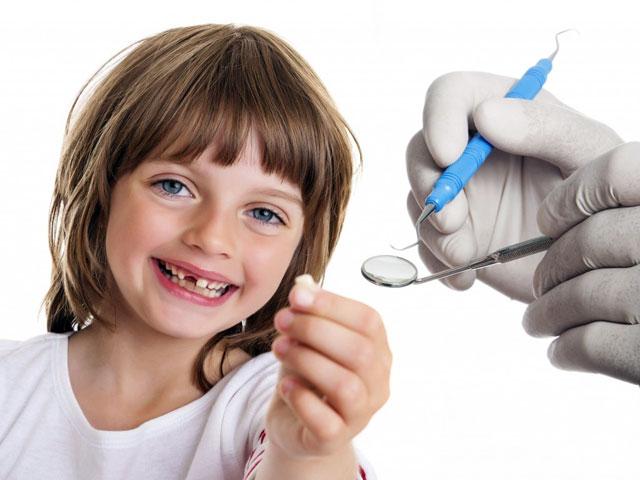 نحوه کشیدن دندان شیری کودکان