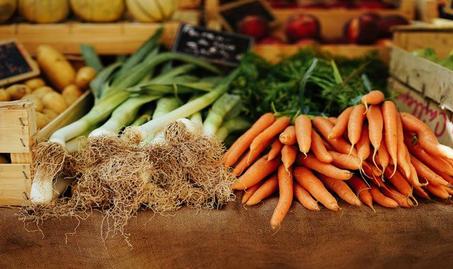 خوراکی های طبیعی برای جلوگیری از بوی بد دهان